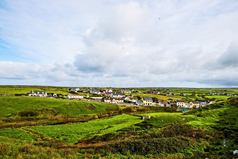 Klein dorp bij de Klippen van Moher, Ierland royalty-vrije stock foto's