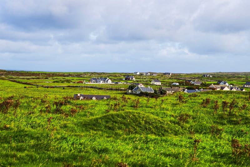 Klein dorp bij de Klippen van Moher, Ierland stock afbeelding