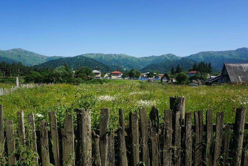 Klein dorp in de bergen van Georgië stock afbeelding