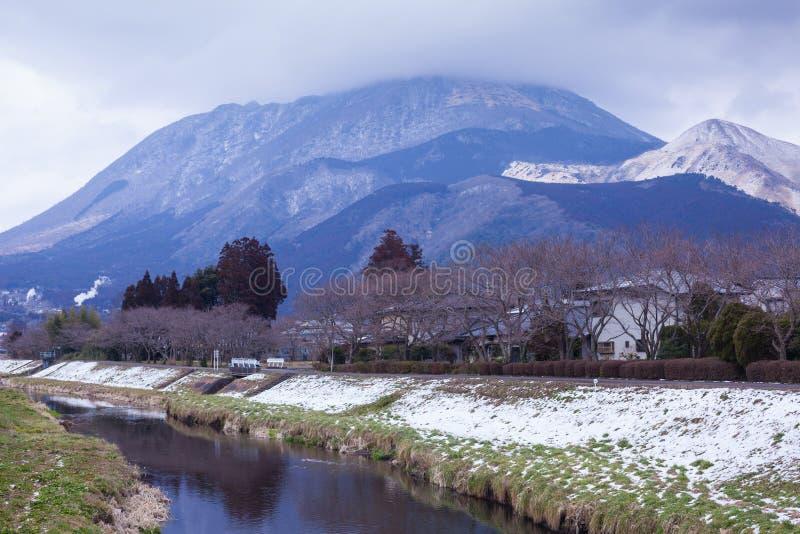 Klein dorp met berg en rivier royalty-vrije stock fotografie