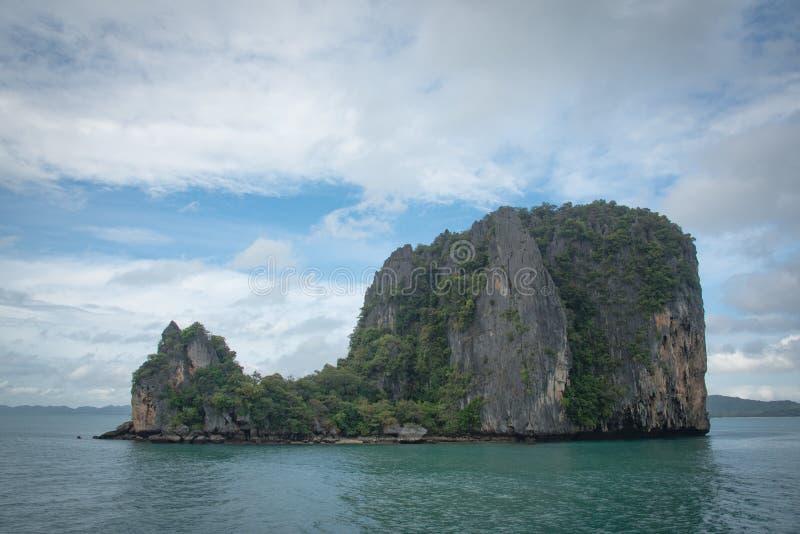 Klein eiland in het midden van de oceaan stock fotografie