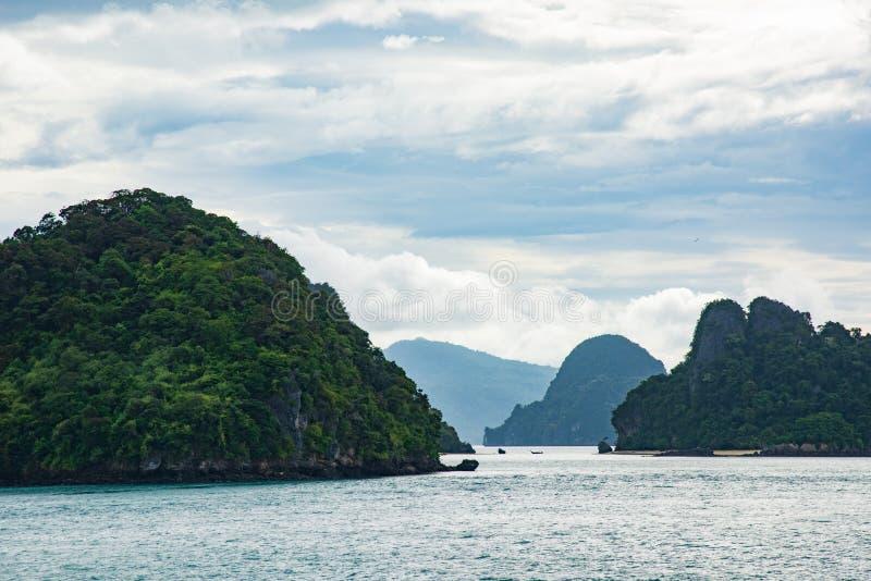 Klein eiland in het midden van de oceaan stock afbeelding
