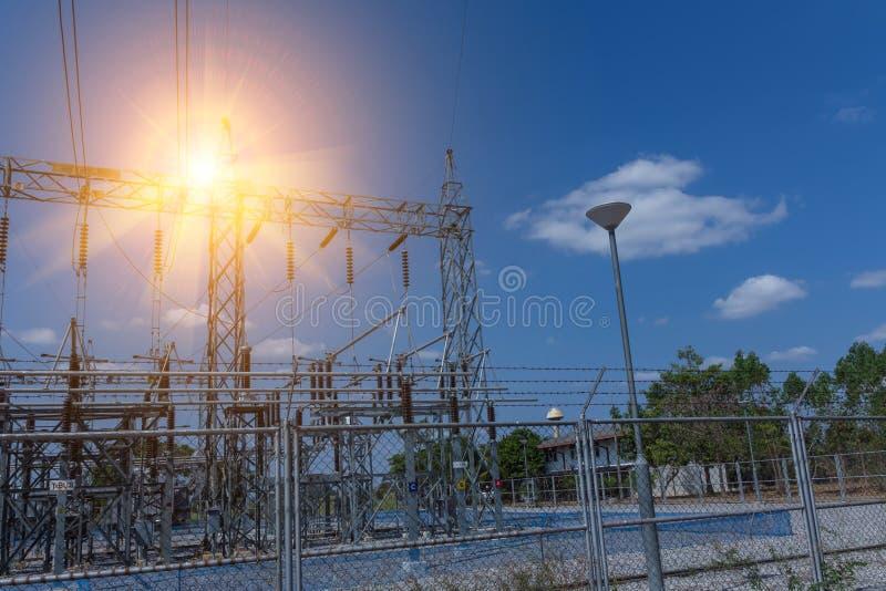 Klein elektrocontrolecentrum, de krachtcentrale die elektriciteit van de belangrijkste post ontvangt aan het dorp te verdelen stock afbeeldingen