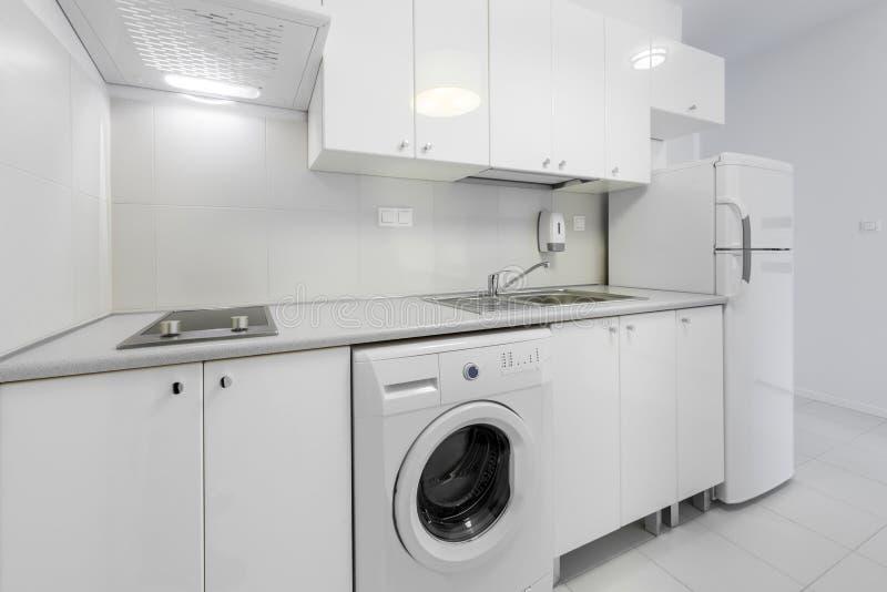 Klein en compact keuken binnenlands ontwerp stock foto