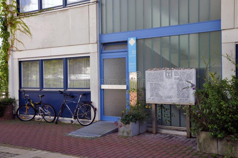 Klein gedenkteken bij de vroegere Olympische Dorpsplaats in München stock afbeeldingen