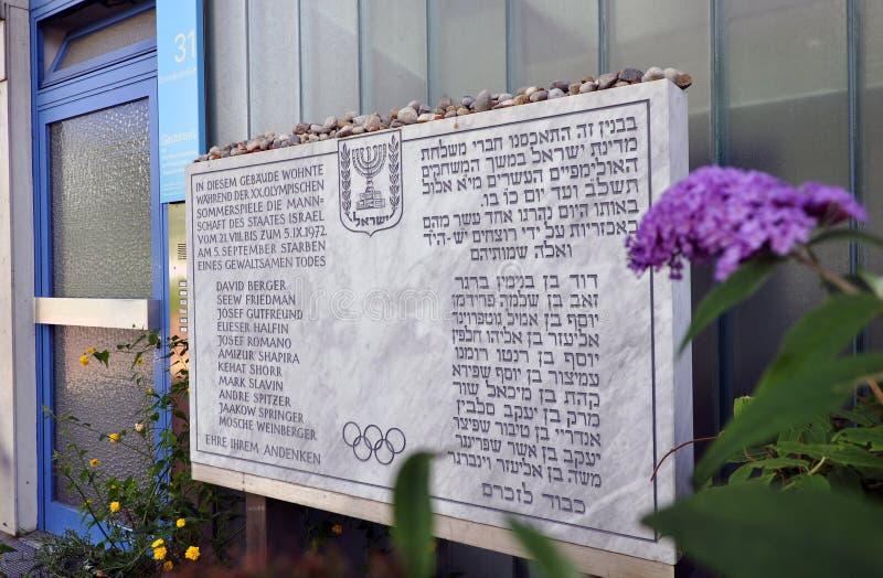 Klein gedenkteken bij de vroegere Olympische Dorpsplaats in München stock foto