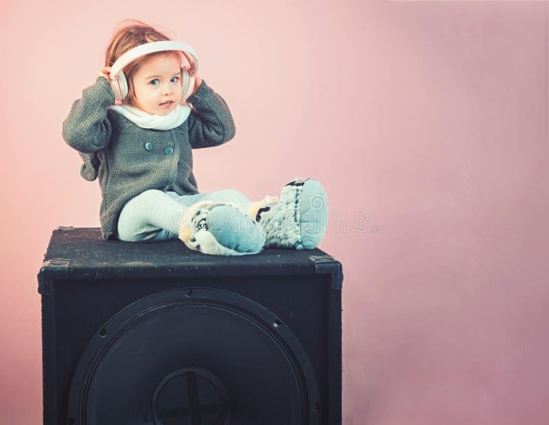 Klein gelukkig meisje Audio spreker de manier van het de winterjonge geitje Het hebben van pret meisjekind het glimlachen kinderj stock foto