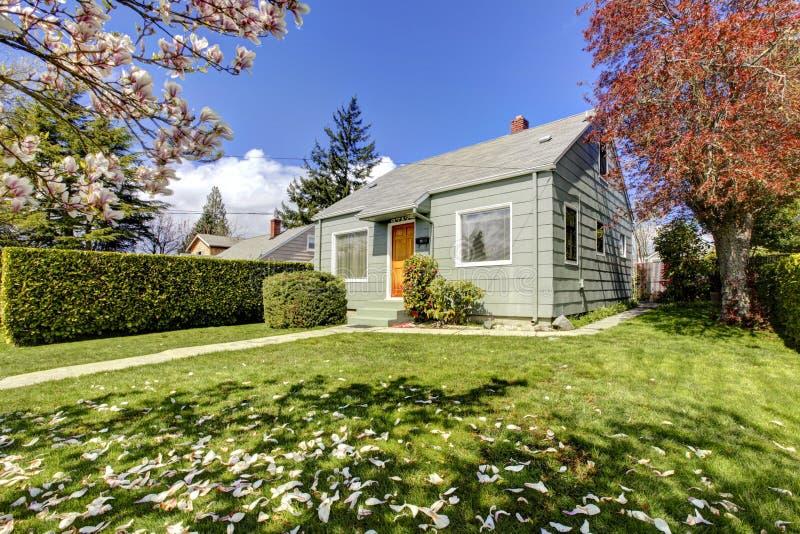 Download Klein Groen Huis Buiten Met De Lente Bloeiende Bomen. Stock Afbeelding - Afbeelding bestaande uit echt, woon: 29513351