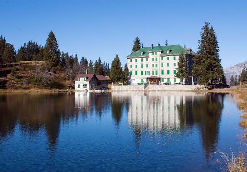 Klein hotel in alpen stock fotografie