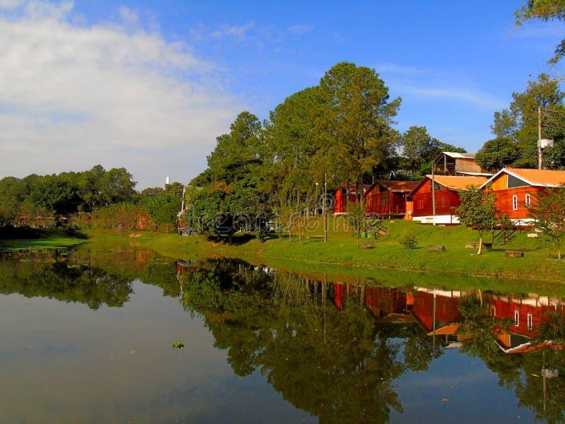 Klein houten huis dichtbij meer - Brazili? stock foto's