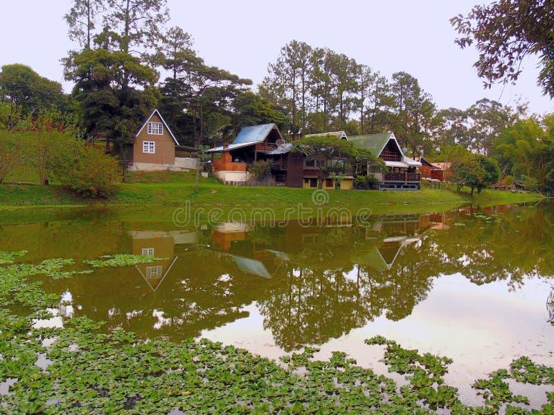 Klein houten huis dichtbij meer - Brazili? stock afbeeldingen