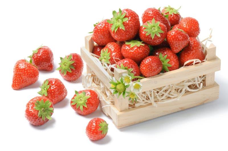 Klein houten krat met aardbeien stock afbeeldingen