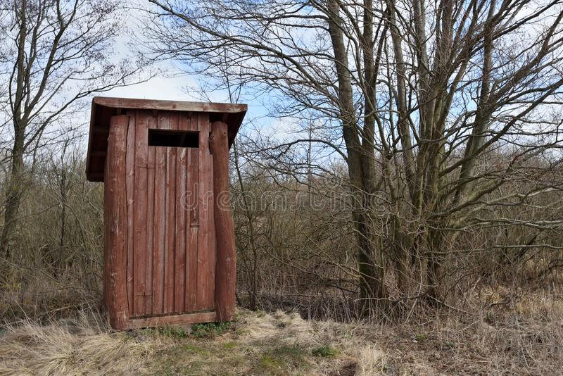 Klein houten in openlucht toilet stock foto's