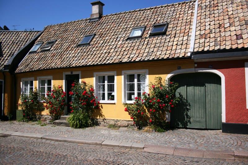 Klein Huis in de stad stock afbeeldingen