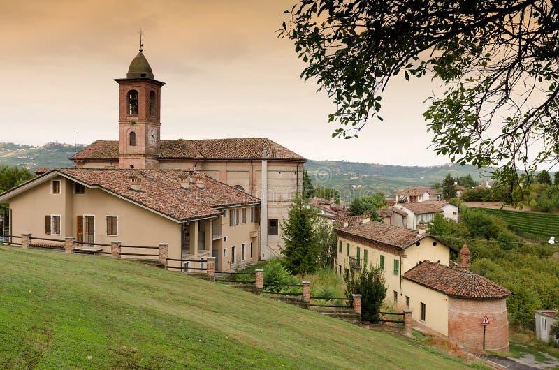 Klein Italiaans dorp met kerk stock afbeelding