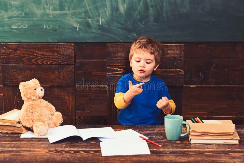 Klein jong geitje die leren te tellen Het toevoegen van aantallen met handen Wiskundeles bij kleuterschool stock fotografie