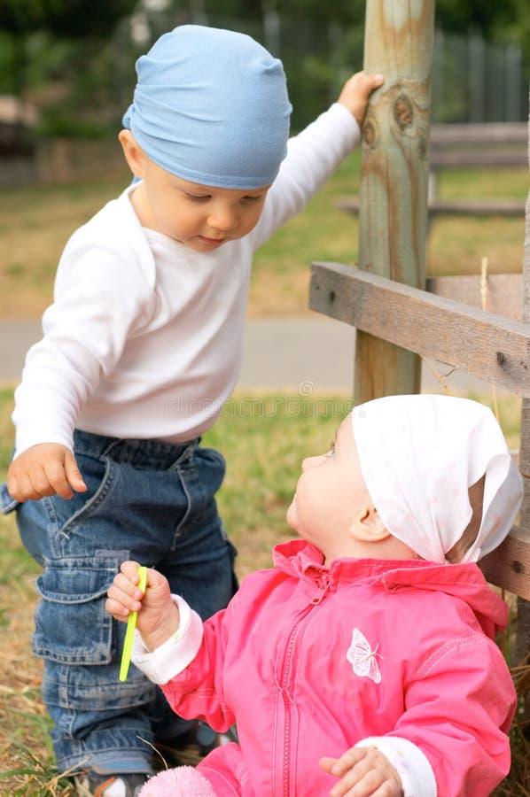 Klein jongen en meisje stock afbeeldingen