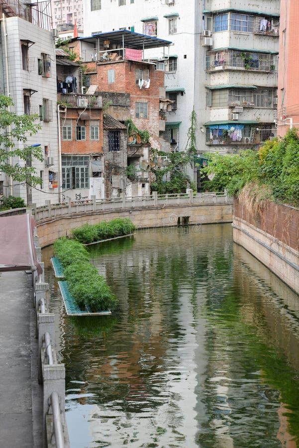 Klein kanaal in de oude stad van Guangzhou, China stock foto's
