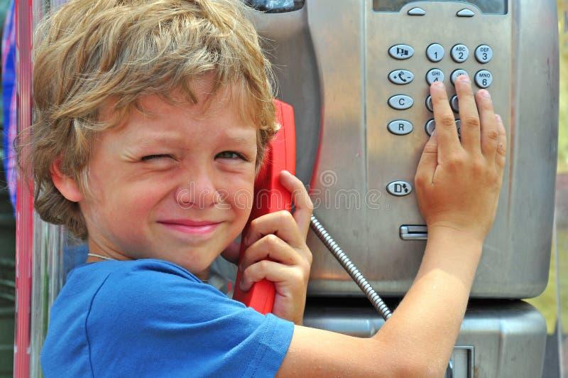 Klein kind die telefonisch spreken royalty-vrije stock fotografie