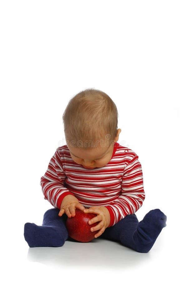 Klein kind met een appel royalty-vrije stock fotografie