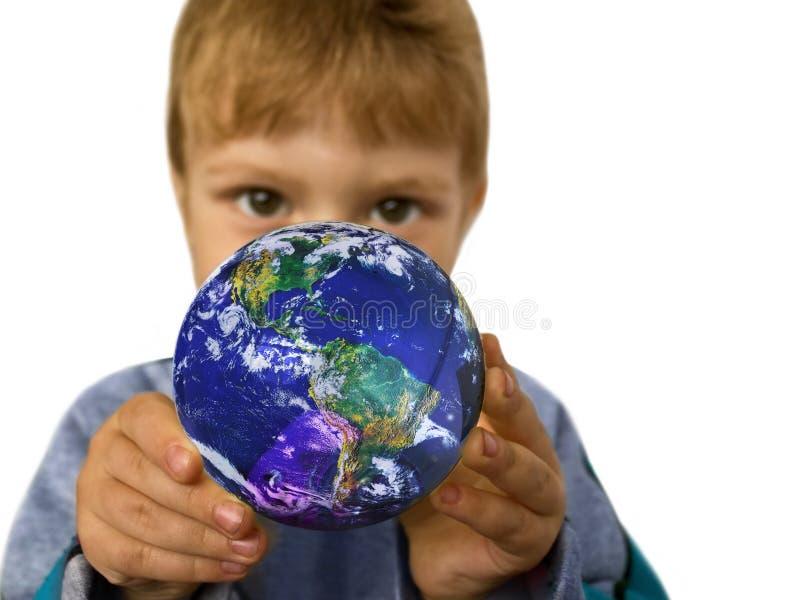 Klein kind met een bol stock afbeeldingen