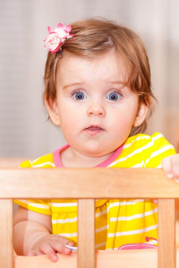 Klein kind met een haarspeld die zich in voederbak bevindt royalty-vrije stock afbeeldingen