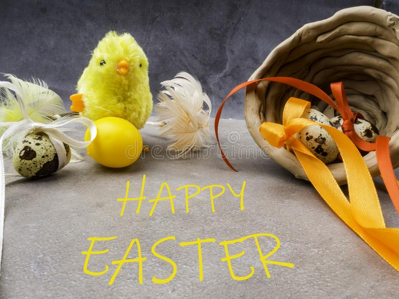 Klein kuiken met paaseieren in kleikom, gelukkige Pasen-prentbriefkaar stock fotografie
