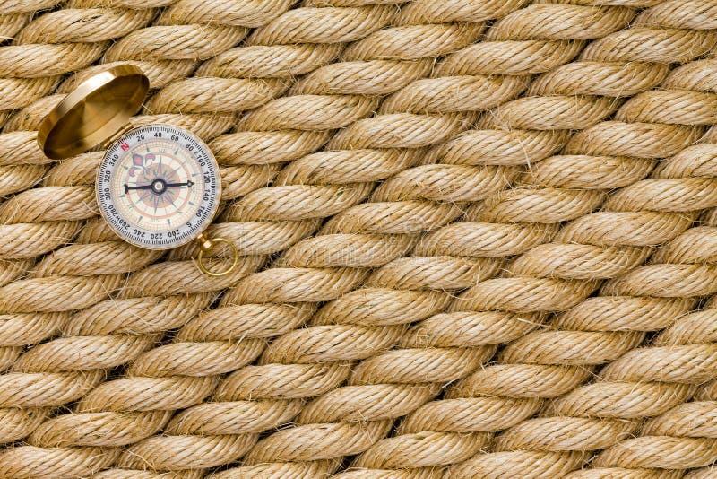 Klein magnetisch kompas op diagonale bundels van kabel stock foto