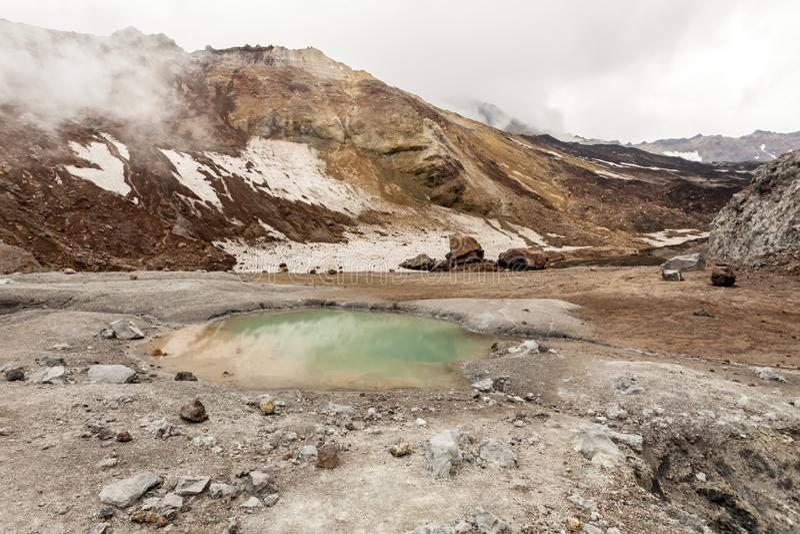 Klein meer in caldera van vulkaan Mutnovsky, het Schiereiland van Kamchatka, Rusland stock foto