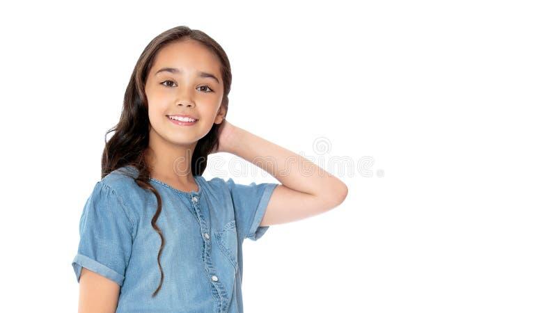 Klein meisje dat in de studio aan het poseren is Sluiten royalty-vrije stock afbeelding