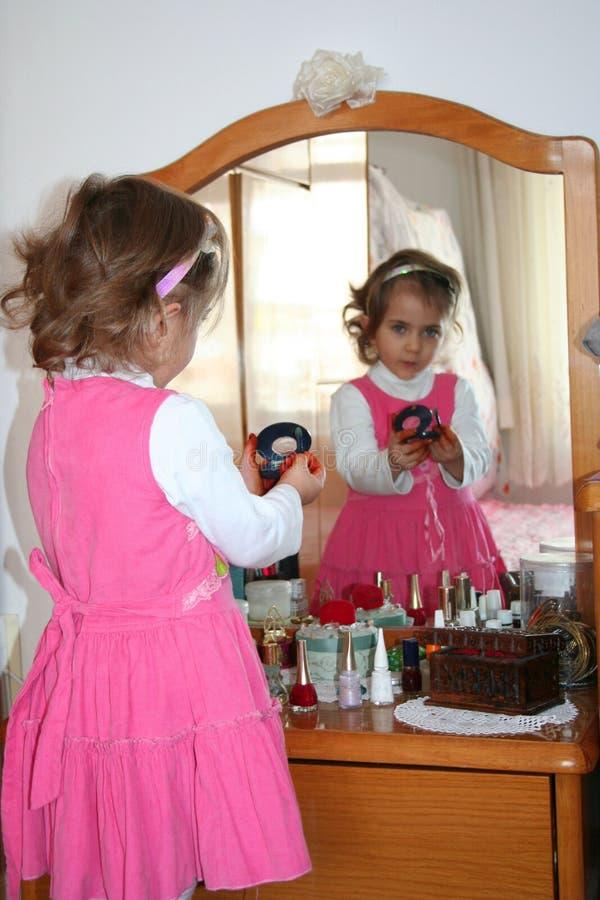Klein meisje dat samenstelling gebruikt stock afbeeldingen