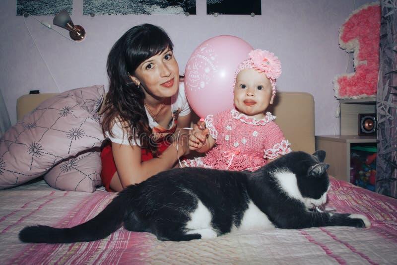 Klein meisje en haar moeder in de ruimte royalty-vrije stock foto
