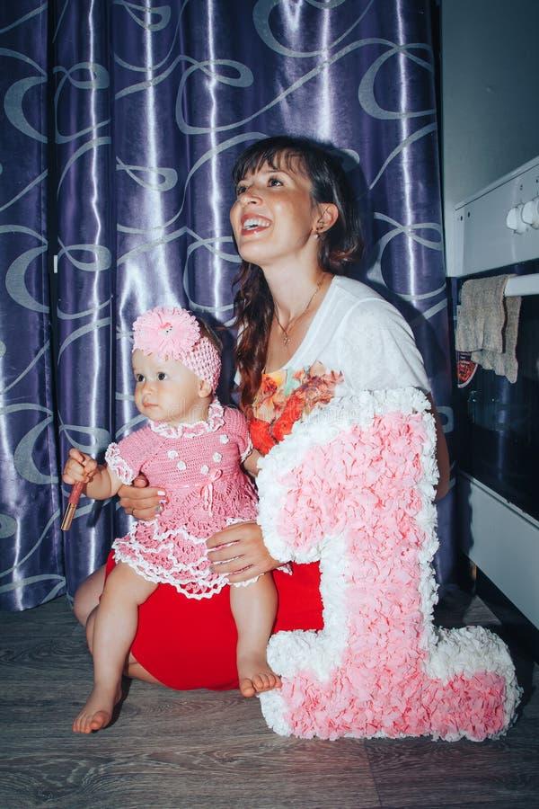 Klein meisje en haar moeder in de ruimte royalty-vrije stock foto's