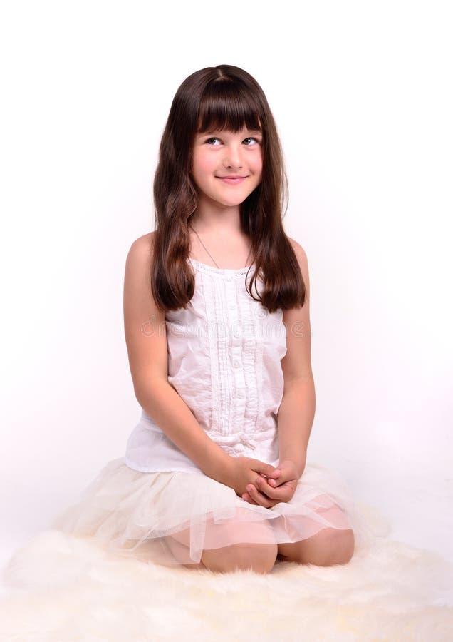 Klein meisje in engelachtig kostuum op witte wolk royalty-vrije stock afbeelding