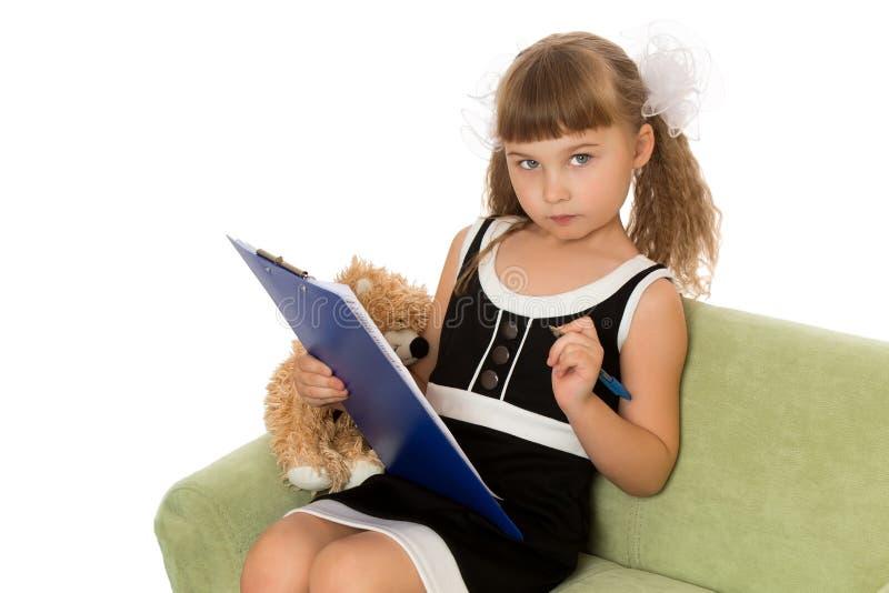 Klein meisje met een boek boven witte achtergrond stock foto's
