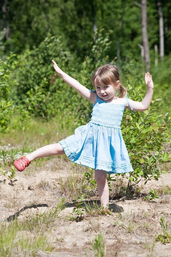 Klein meisje met gymnastiek royalty-vrije stock fotografie