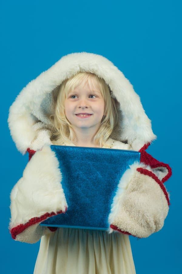 Klein meisje met het winkelen pak bij zwarte vrijdag Kerstmis en Nieuwjaar kinderjaren en geluk Kindmeisje met heden stock foto's