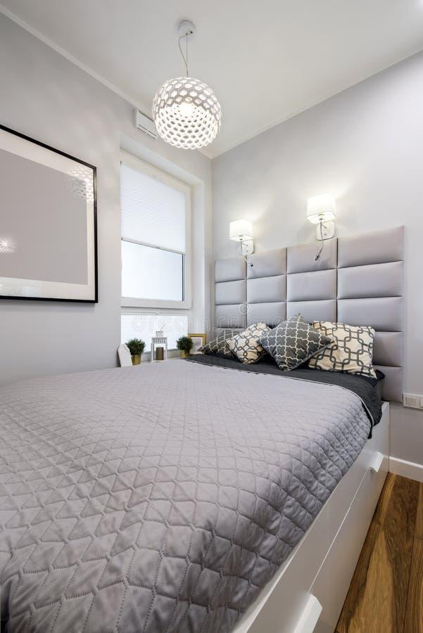 Klein modern slaapkamer binnenlands ontwerp royalty-vrije stock foto's