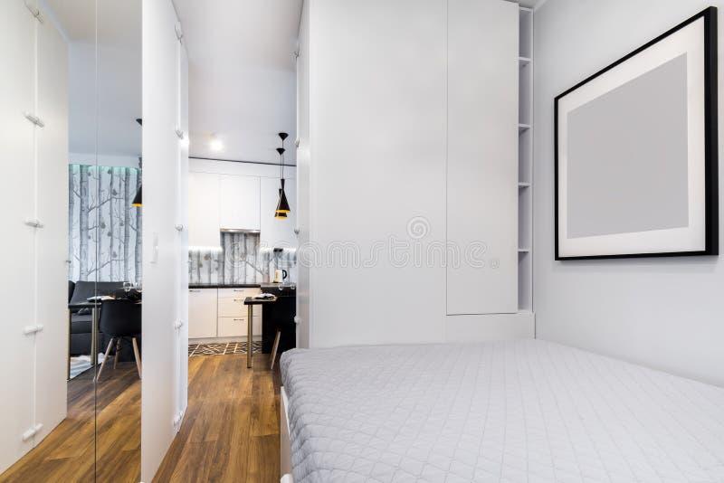 Klein modern slaapkamer binnenlands ontwerp stock afbeeldingen