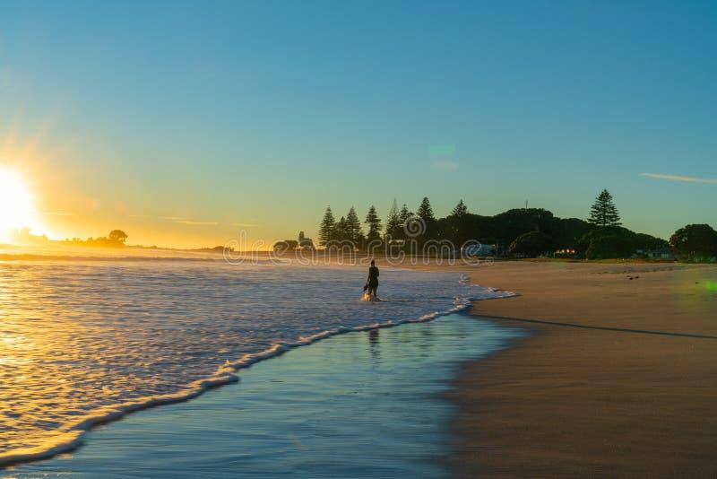 Klein onherkenbaar cijfer van vrouw het weggaan op strand royalty-vrije stock foto