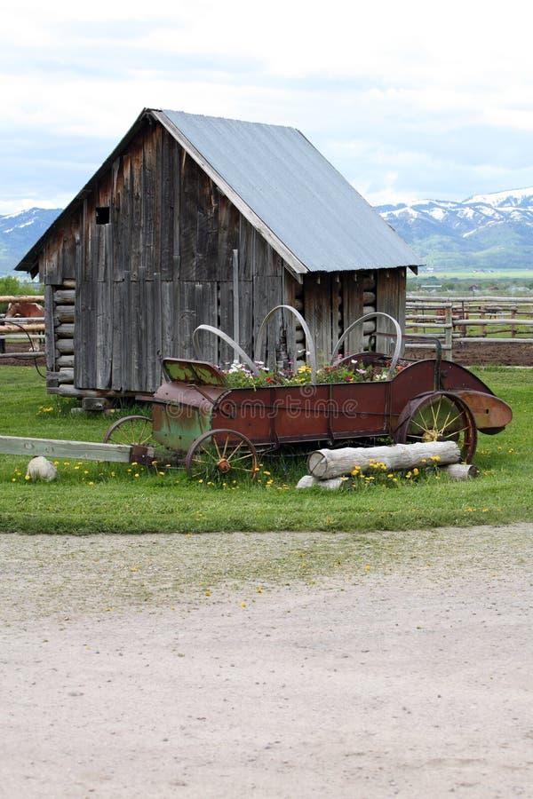 Klein oud huis op boerderij stock foto's