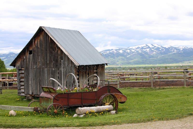 Klein oud huis op boerderij stock afbeelding