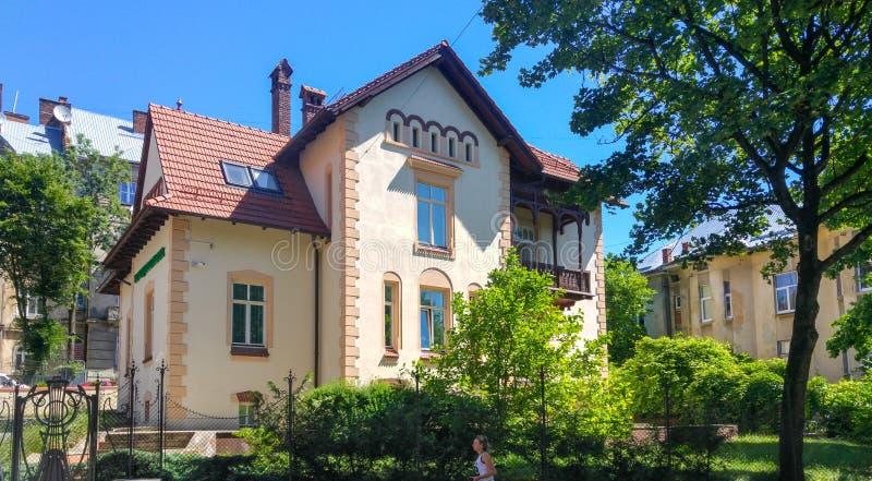 Klein privé huis in Lviv-stad, de Westelijke Oekraïne stock foto
