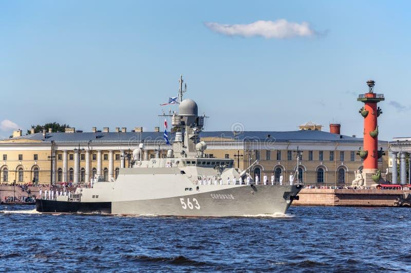 Klein raketschip Serpukhov bij de repetitie van de zeeparade op de dag van de Russische Vloot in St. Petersburg stock foto's