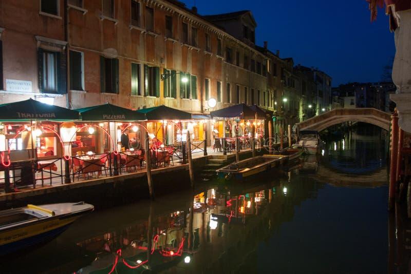 Klein restaurant op een kanaal in Venetië, Italië stock fotografie