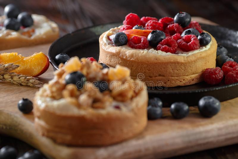 Klein rood en blauw fruit op het koekje van de cakepastei royalty-vrije stock afbeeldingen