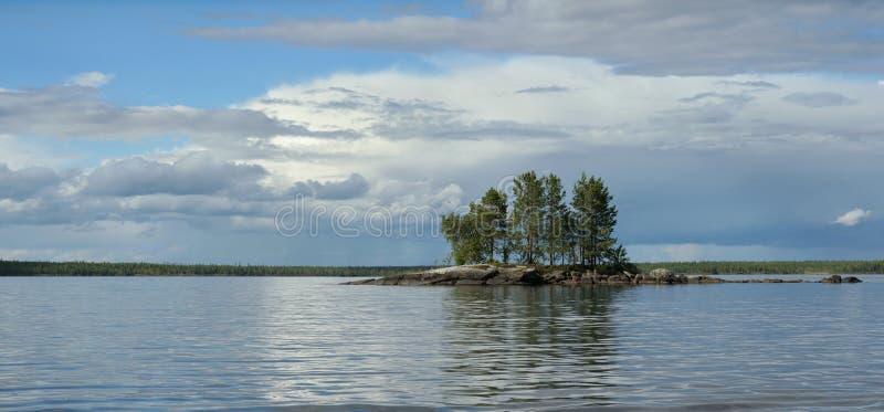 Klein rotsachtig eiland op het meer royalty-vrije stock fotografie