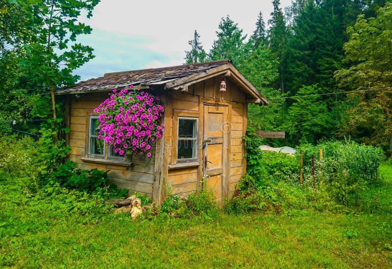 Klein slecht romantisch plattelandshuisje stock foto's