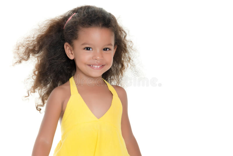 Klein Spaans meisje die een gele de zomerkleding dragen stock foto
