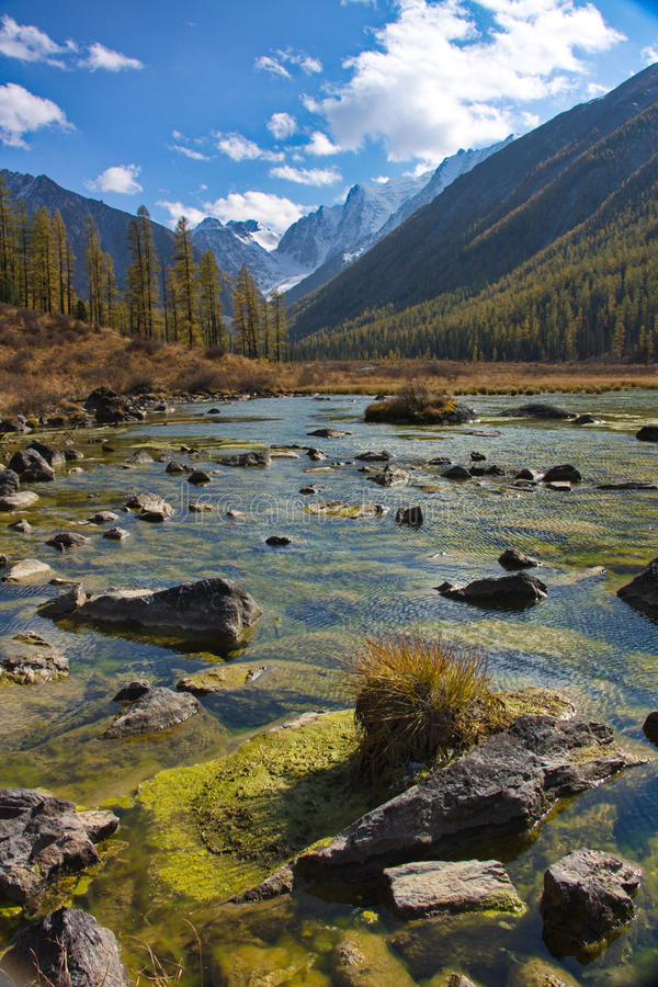 Klein steenachtig reservoir tegen de achtergrond van bergen royalty-vrije stock afbeeldingen